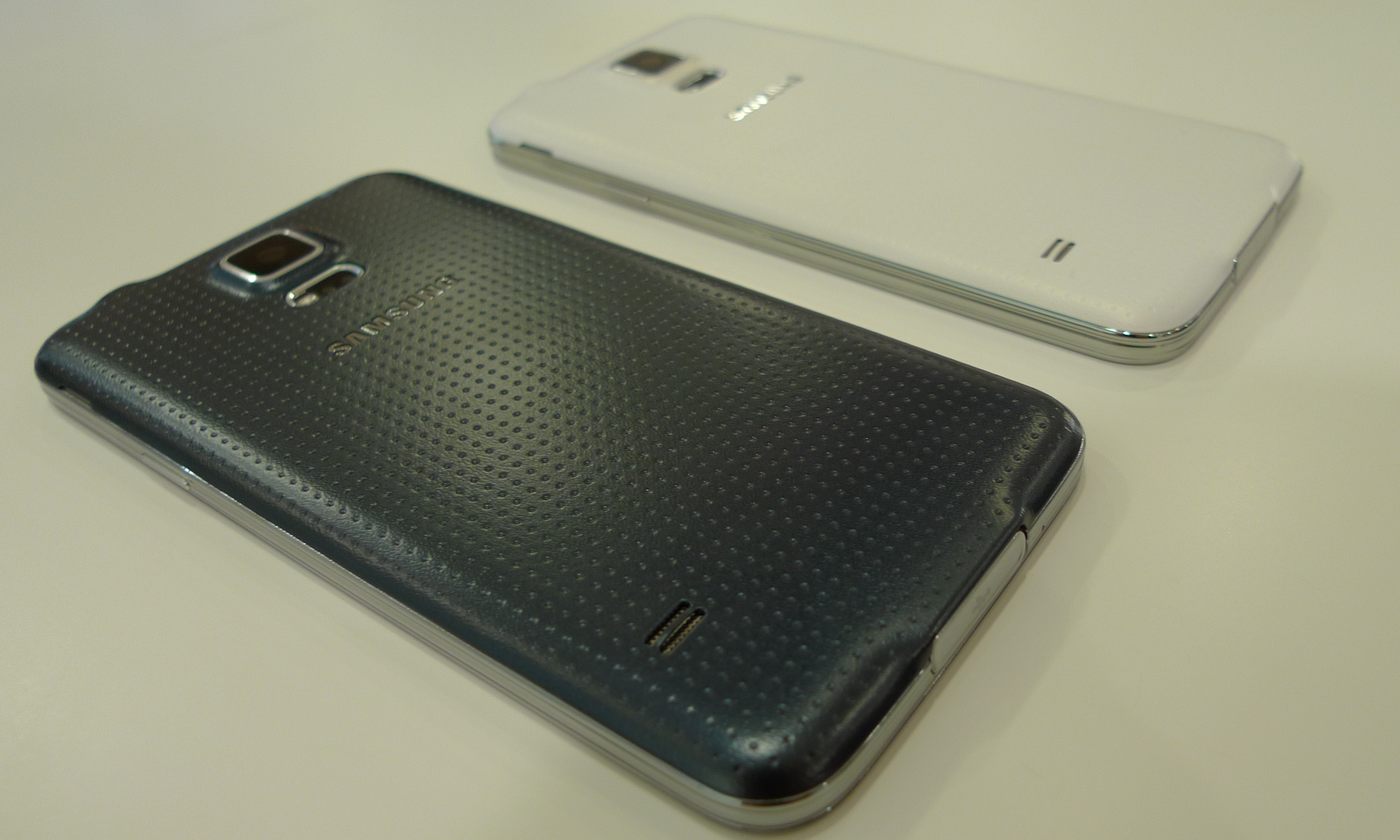 samsung galaxy s5 white vs black. p1060985 samsung galaxy s5 white vs black